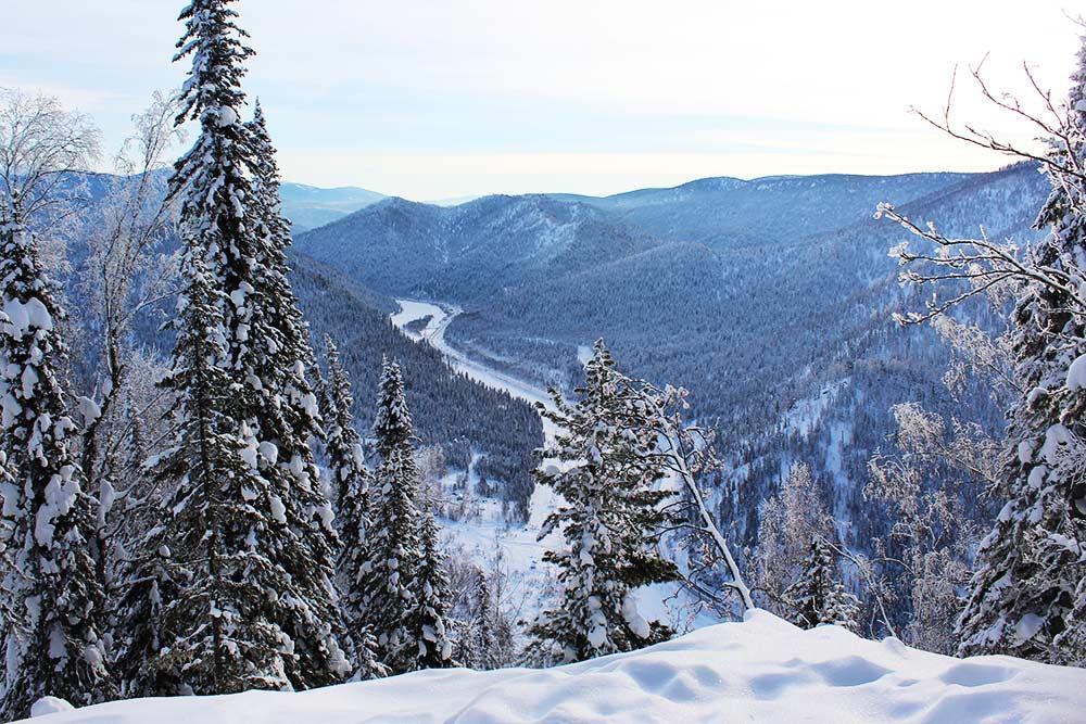 В тайге красиво и зимой. Вид на Лужбу с вершины воинской славы — пика Шилина