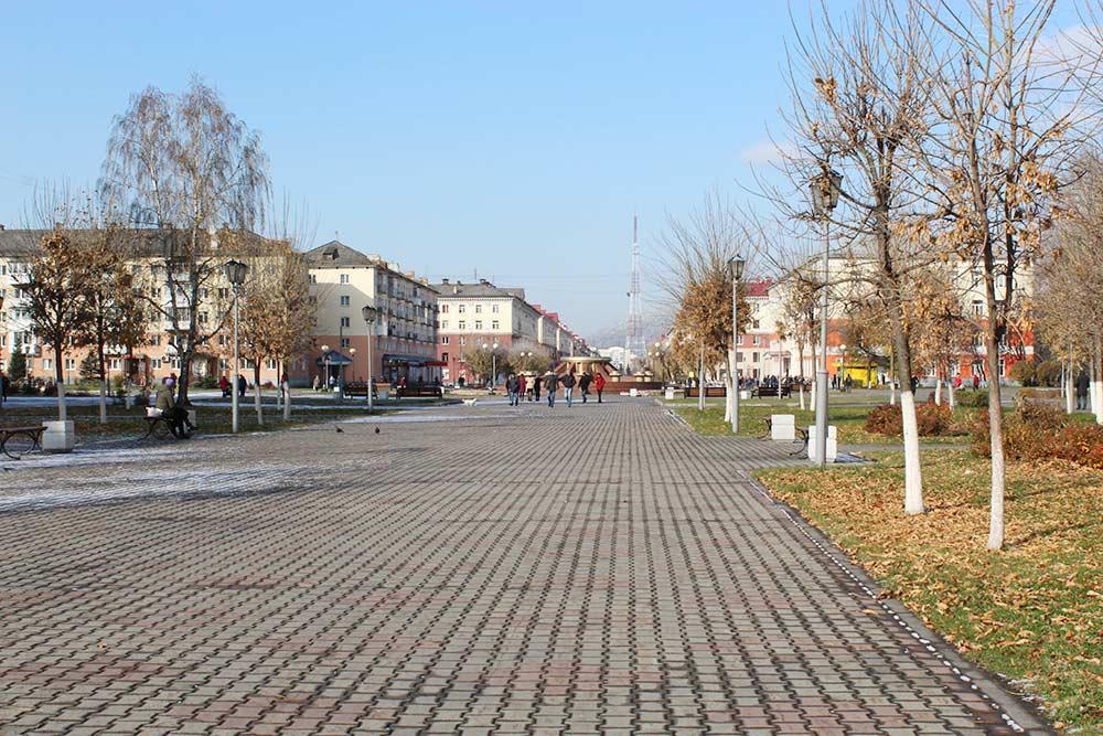 Центральный проспект города — Коммунистический. Начинается памятником Ленина, заканчивается площадью Весенней и дворцом культуры «Распадский»