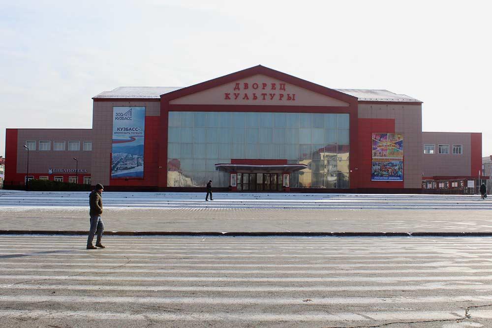 Площадь Весенняя. Здесь проходят все городские праздники. На День шахтера выступают звезды российской эстрады