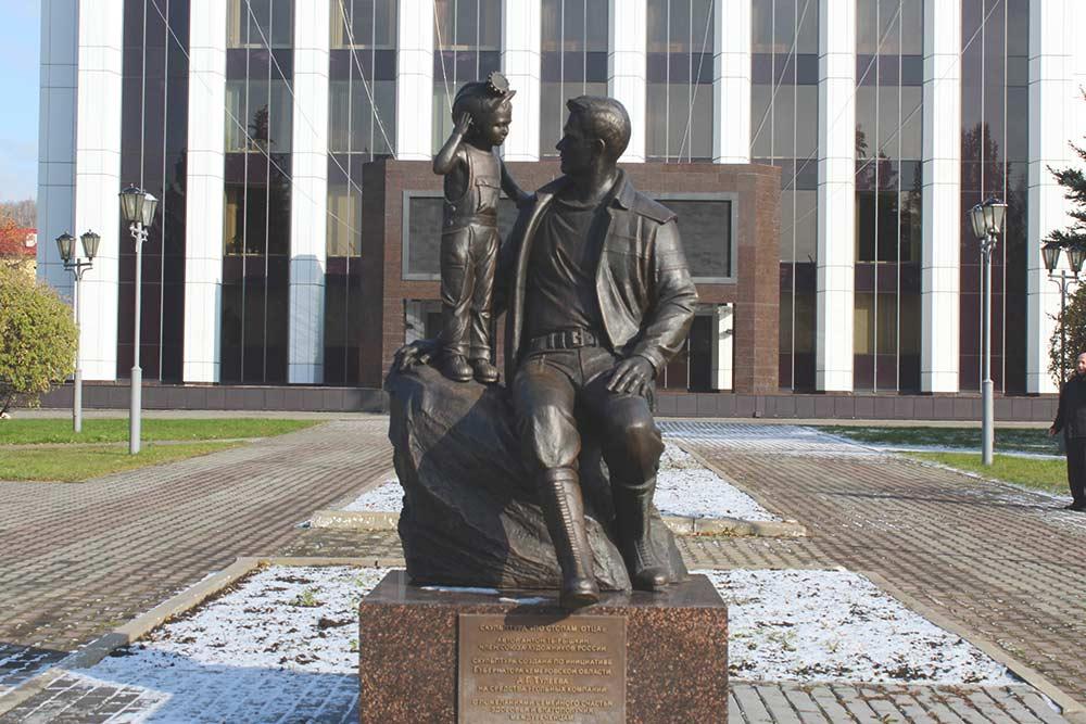 Скульптуру «По стопам отца» установили в 2017году. И здесь главный герой — шахтер. На заднем плане — административное здание «Распадской угольной компании»