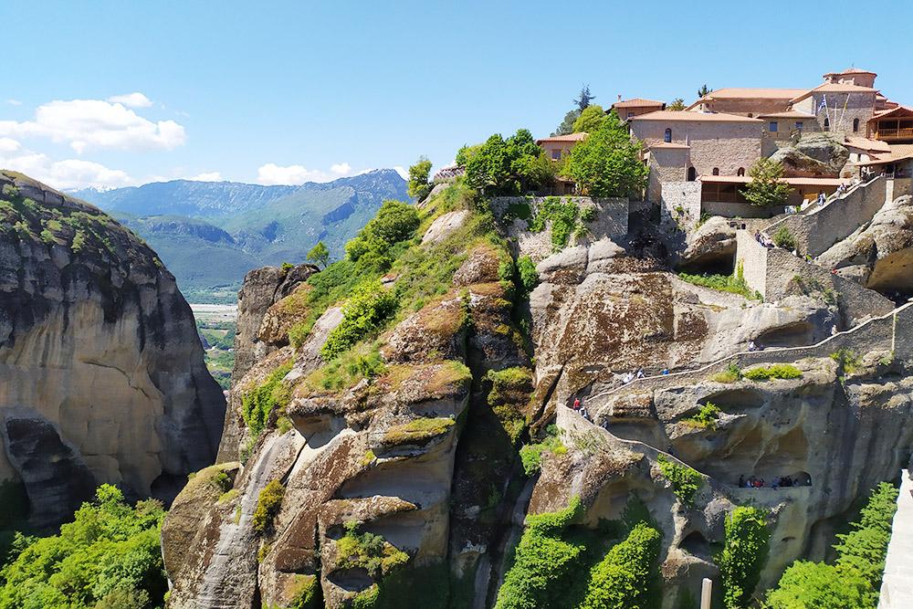 Мегала Метеора, он же Преображенский монастырь — самый древний и большой монастырь в Метеорах. Он основан в начале 14 века Афанасием Метеорским. Считается, что именно Афанасий прозвал скалы Метеорами, что означает «парящие в воздухе»