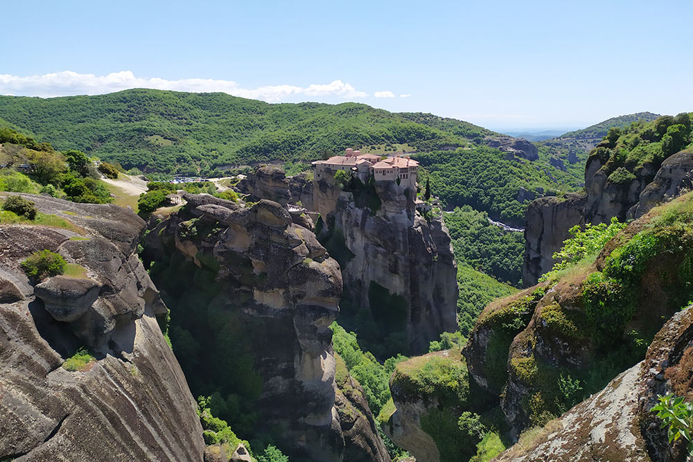 Когда говорят о Метеорах, часто подразумевают и скалы, и построенные там христианские монастыри. Монахи-отшельники и первые скиты появились в Метеорах примерно в 10 веке нашей эры, а монастыри стали строить позже — в 13 веке