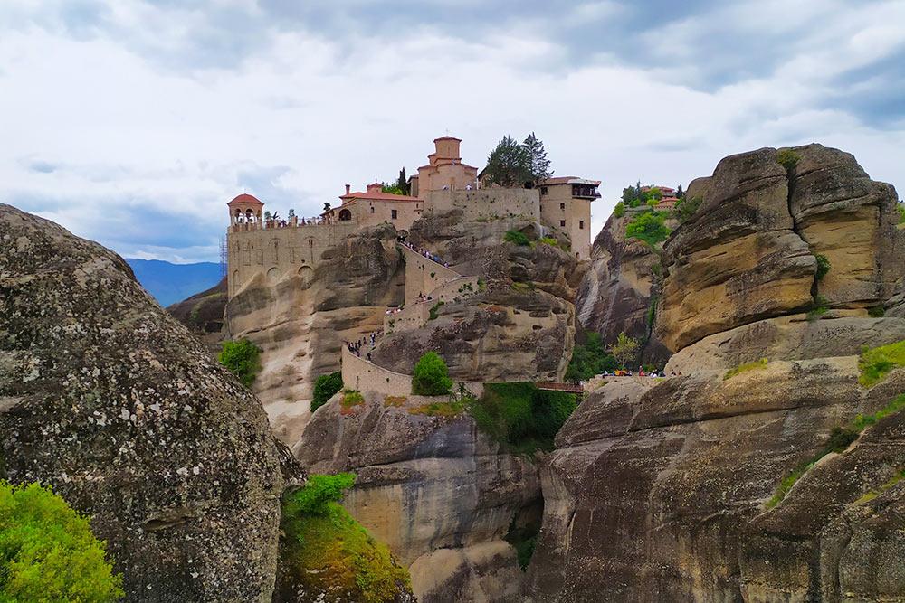 Монастыри вырастают из скал, а ведут к ним узкие каменные лестницы. Туристам можно попасть только на ограниченную часть территории монастыря и только в определенные часы