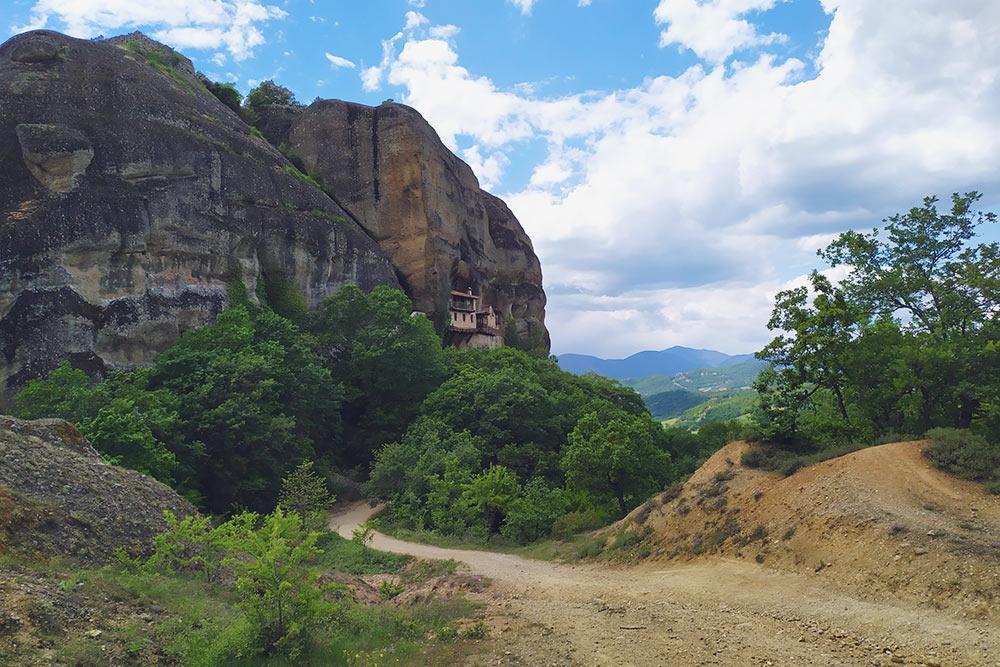 Скрытый монастырь Ипапанти открыт для посещения по будням с 9:00 до 14:00, закрыт по субботам и воскресеньям. Название Ypapanti означает Сретение — Принесение в Иерусалимский храм младенца Иисуса Христа