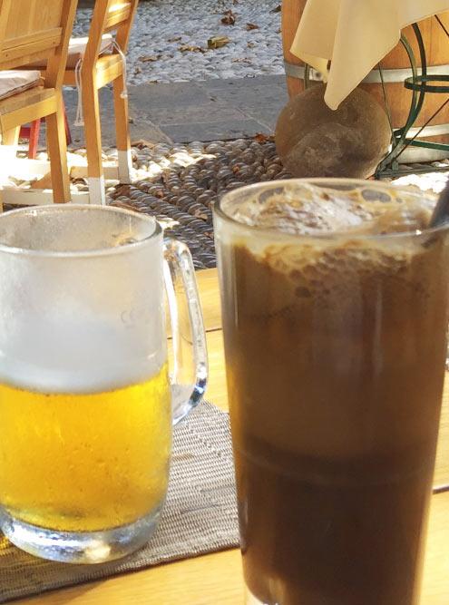 Пиво Mythos 0,3 л за 2,5€ и кофе фраппе с мороженым за 3€