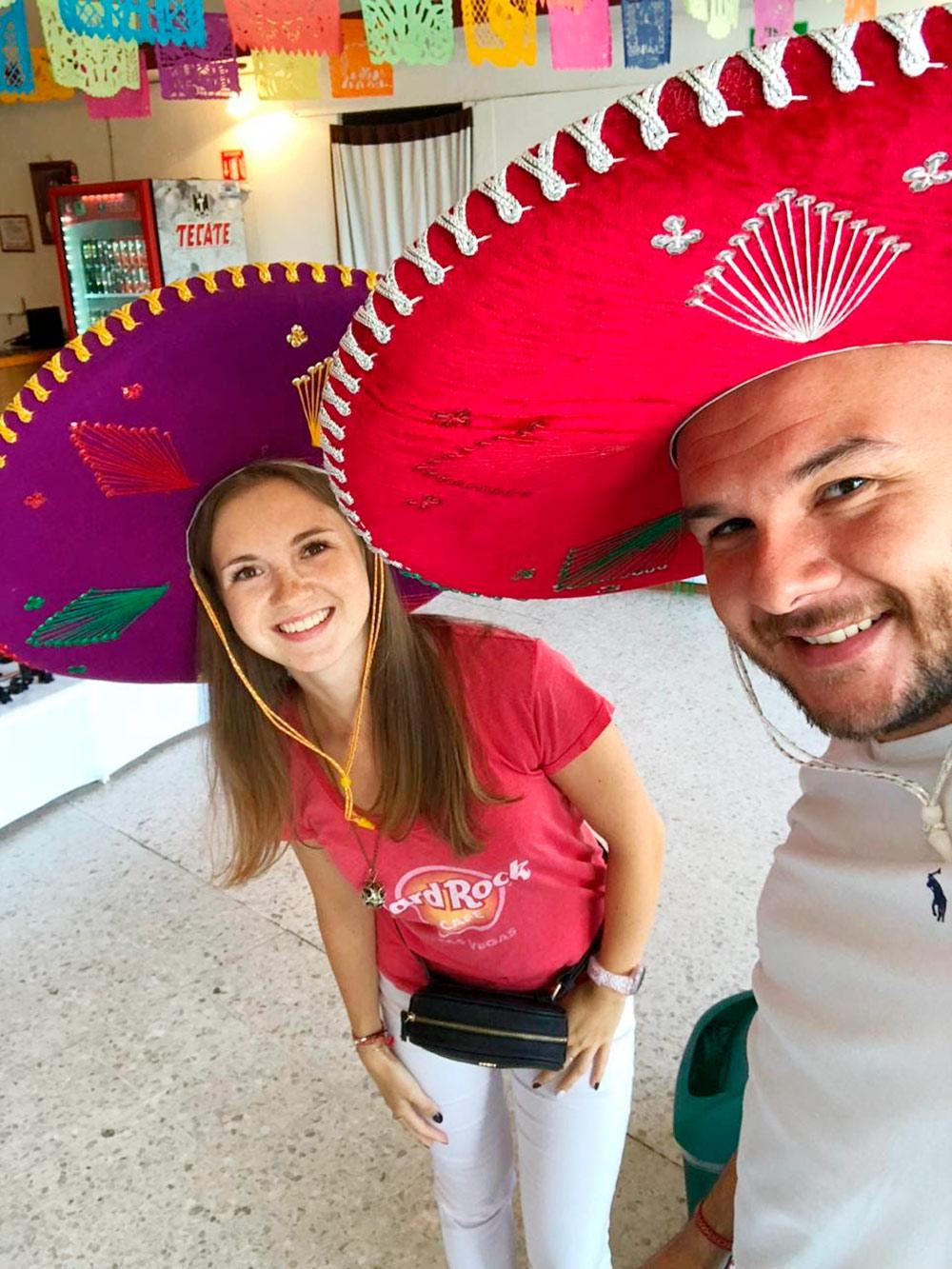 Я с мужем Юсифом в традиционных мексиканских сомбреро