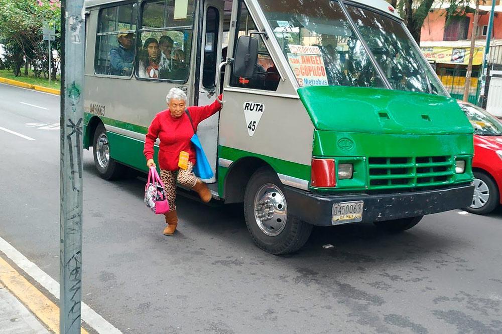 Районные автобусы часто высаживают пассажиров прямо посреди проезжей части