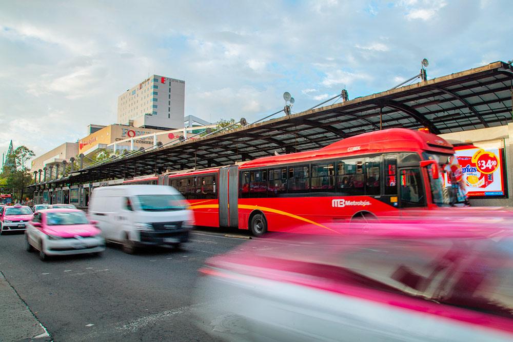 Атак выглядят метробусы. Этот самый большой, обычно они покороче — безпоследнего отсека. Фото: Aberu.Go / Shutterstock