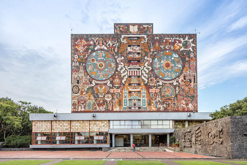Это пестрое здание — университетская библиотека. Фото: BondRocketImages / Shutterstock