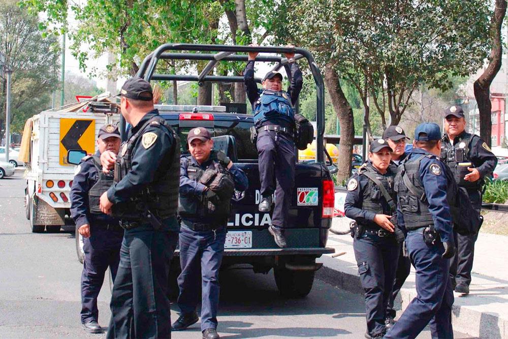 Полицейские в Мехико стараются передвигаться по городу только большими группами