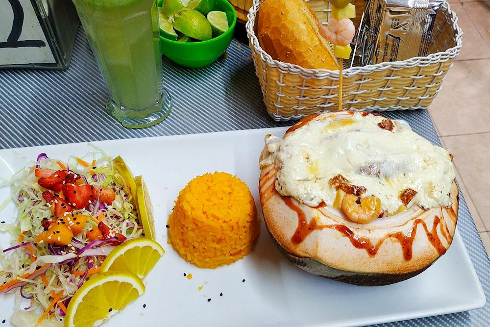 Морепродукты в&nbsp;сливочном соусе внутри кокоса, политые сыром, с&nbsp;рисом и&nbsp;салатом — всего 110&nbsp;песо (363<span class=ruble>Р</span>)