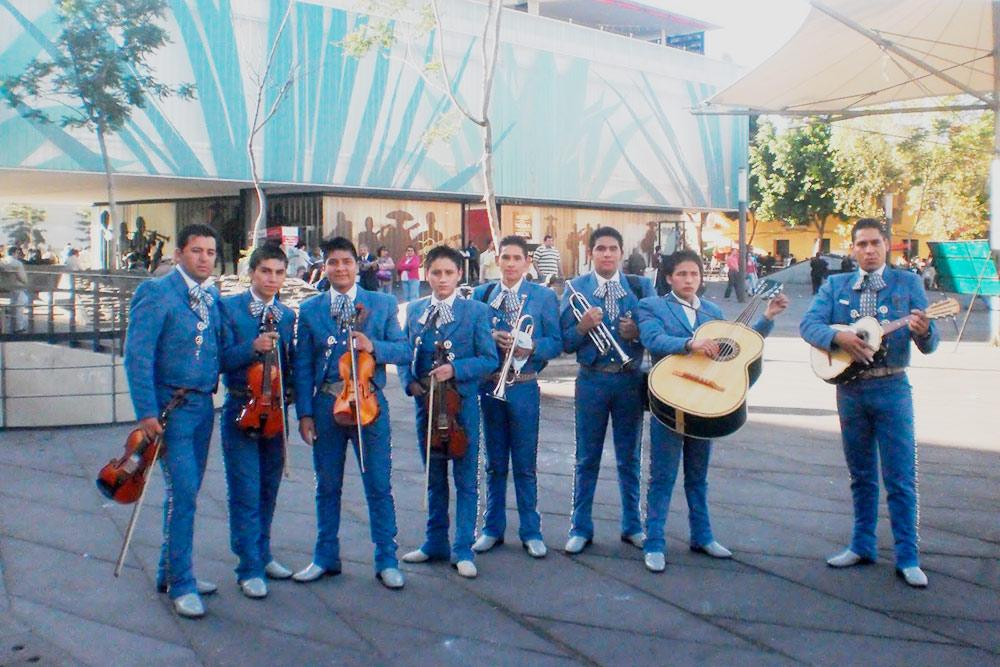 Мариачи — одна из визитных карточек Мексики. Это музыканты в традиционных костюмах и сомбреро, которые играют и поют вживую. Их часто приглашают выступать на дни рождения или свадьбы. Но это недешевое удовольствие — от 2000 песо (6600<span class=ruble>Р</span>)