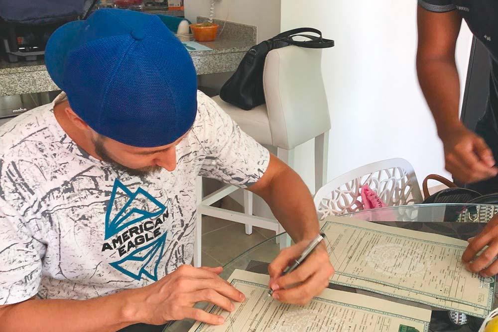 Новоиспеченный отец мексиканца подписывает свидетельство о рождении. Нам его привезли на дом