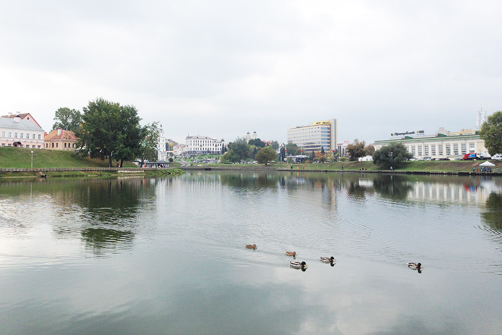 С Острова слез открывается красивый вид на Минск. Слева — исторический центр, справа — современные многоэтажки и торговые центры