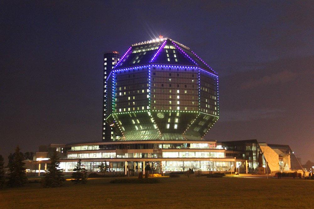 Подсветка здания — это многоцветный экран из светодиодов площадью 2000м². Она включается с заходом солнца и работает до полуночи. Цвета и рисунок меняются. Иногда на экране транслируют рекламу