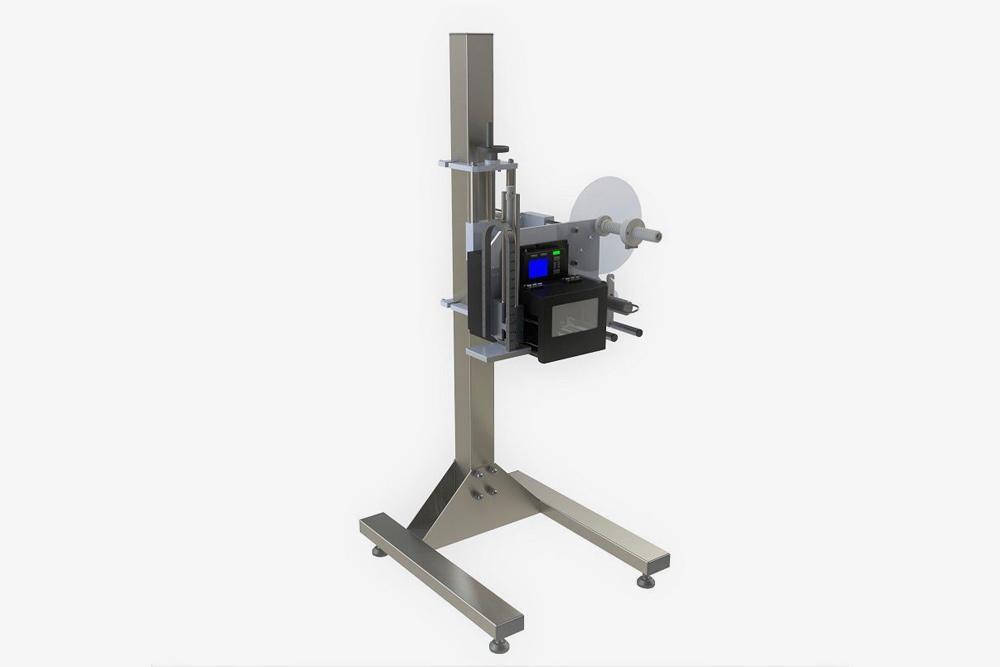 Пример принтера-аппликатора на стойке. Его можно отрегулировать так, чтобы принтер печатал этикетку сверху или сбоку упаковки. Стоит такая стойка около 100 000<span class=ruble>Р</span>
