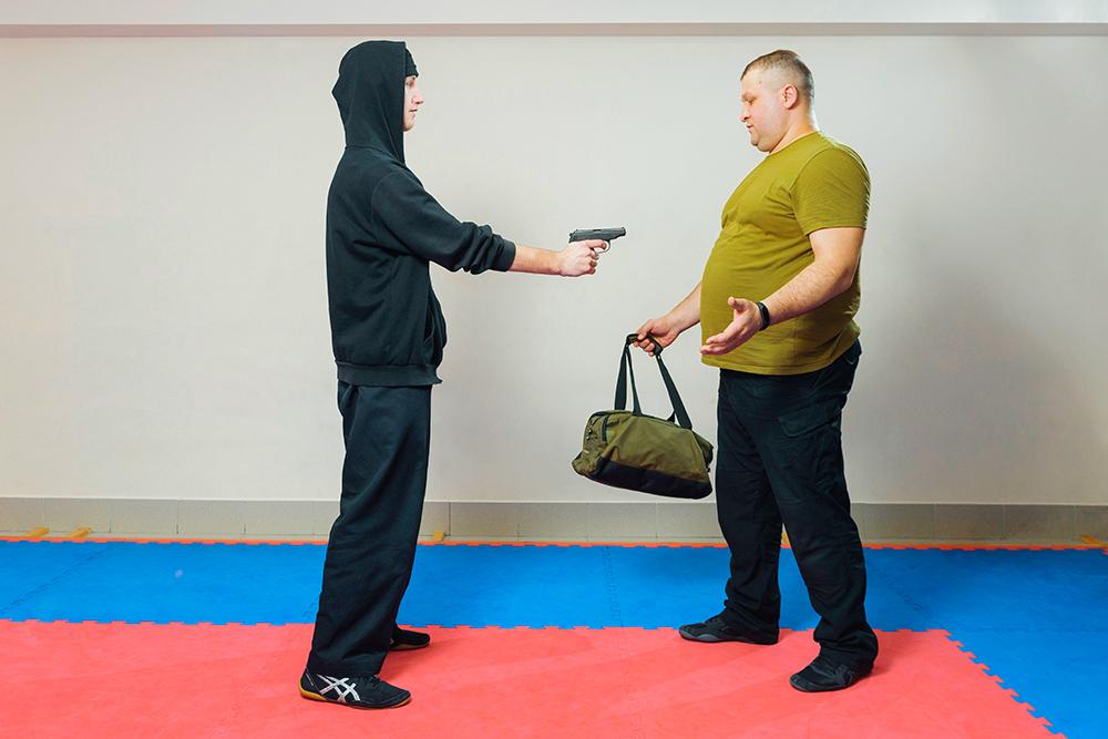 Грабитель вышел на Андрея Ивановича с пистолетом