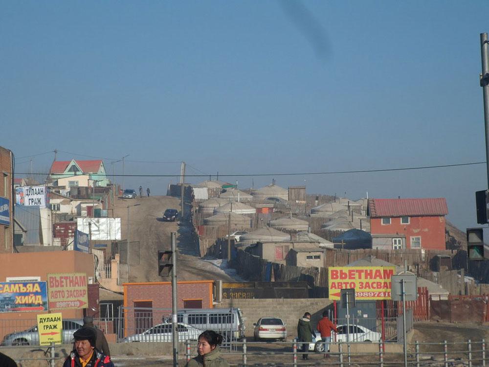 Из 1,4 млн жителей Улан-Батора 350 тысяч живут в юртах, 450 тысяч — в простеньких домах, и только 600 тысяч — в квартирах. Жить в юрте дешево — тратишься только на дрова, уголь и электричество. Часто молодожены после свадьбы переезжают в юрту, чтобы накопить на ипотеку