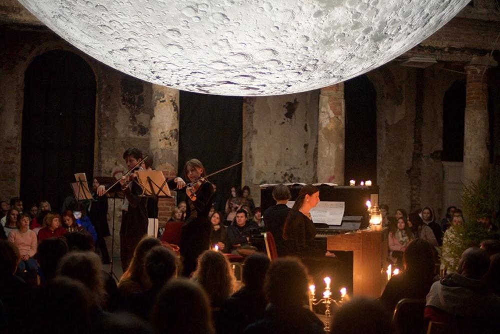 Подобный опыт не сравнится ни с чем: где еще удастся послушать живую музыку при свечах в интерьере исторического здания Санкт-Петербурга