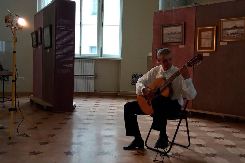 Мы не знали исполнителя, но организаторы рассказали, что это довольно известный в Санкт-Петербурге музыкант по классу «классическая гитара» — и действительно, он виртуозно владеет инструментом