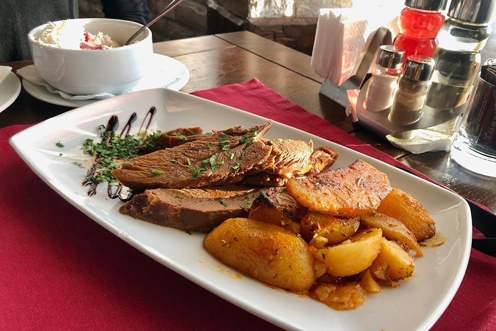 Жаркое из телятины с печеным картофелем в ресторане Olimpija