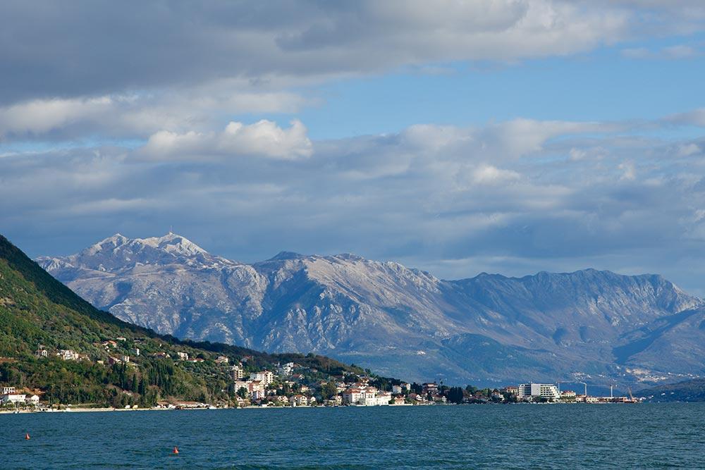 Вид на гору Ловчен с набережной Херцег-Нови