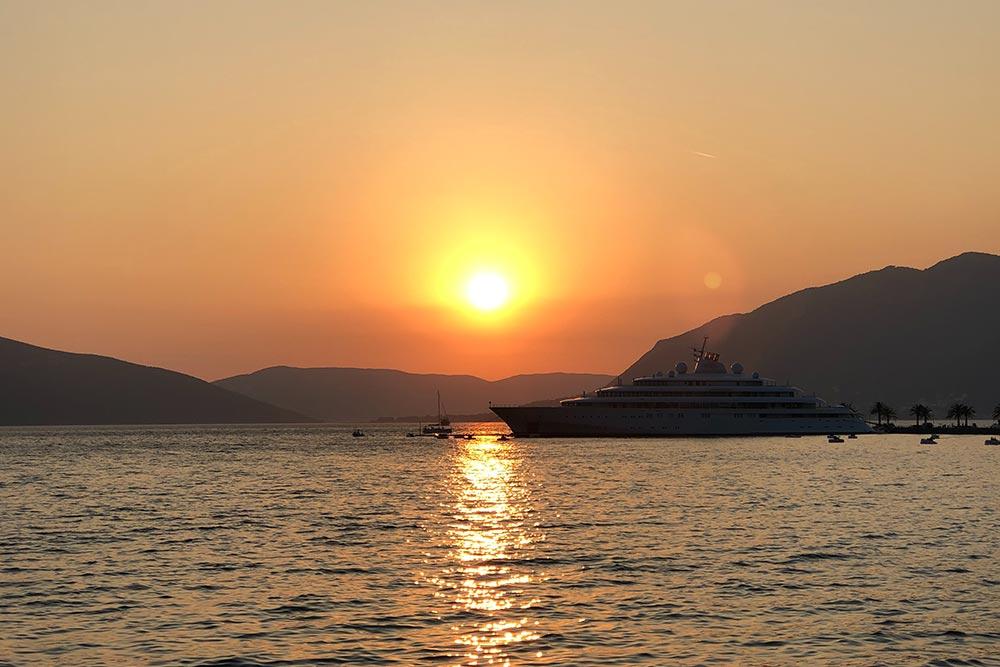 Закат в Которском заливе и суперъяхта Golden Odyssey, Тиват