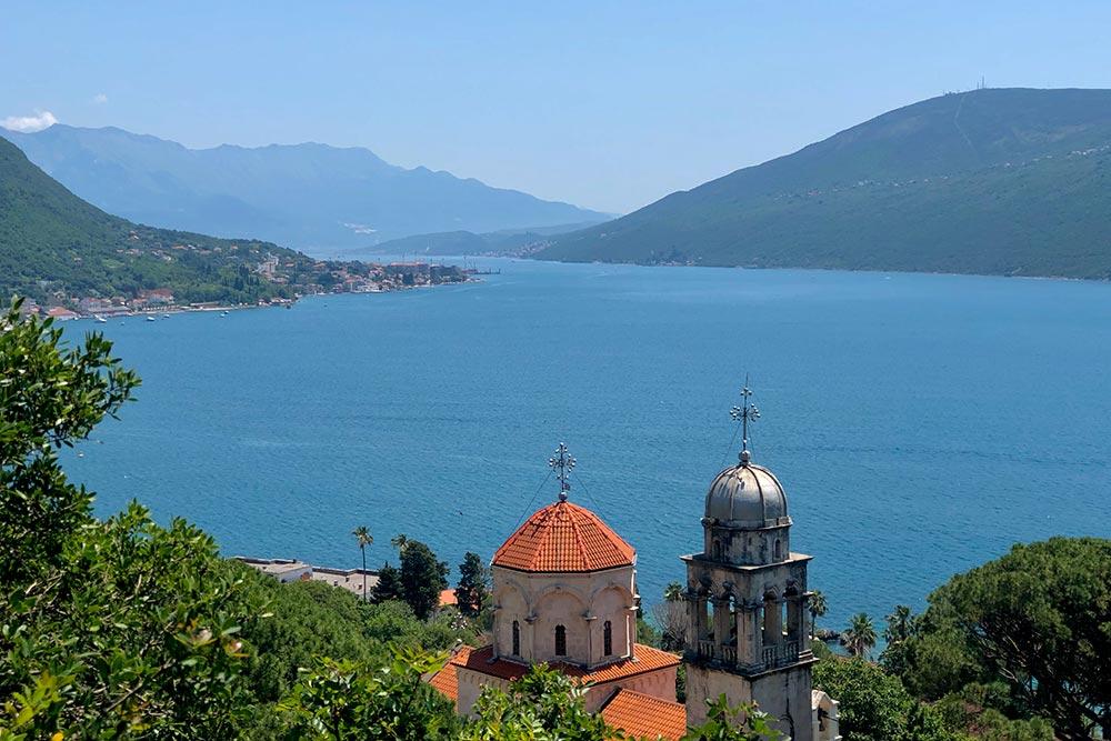 Вид на залив со стороны монастыря Савина