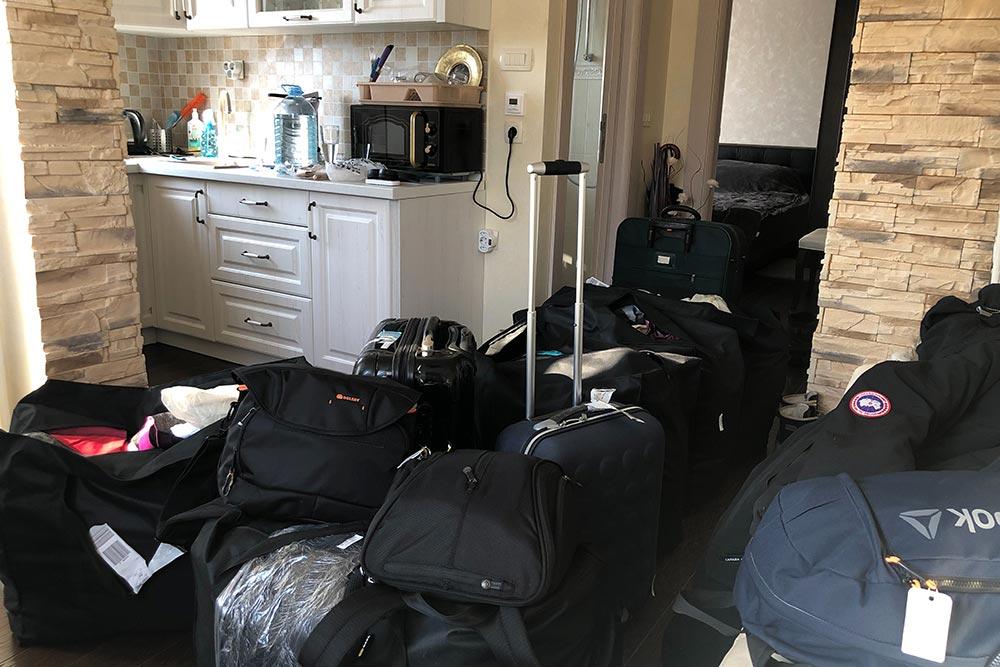 С такой кучей чемоданов мы переезжали в Черногорию