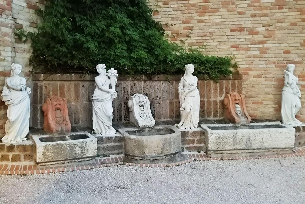 Это парк возле моего дома. Рядом снекоторыми статуями исооружениями установлены таблички, рассказывающие обистории парка