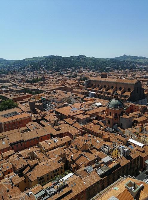 Вид на Болонью с высоты 97 метров — именно на столько над землей возвышается башня Азинелли