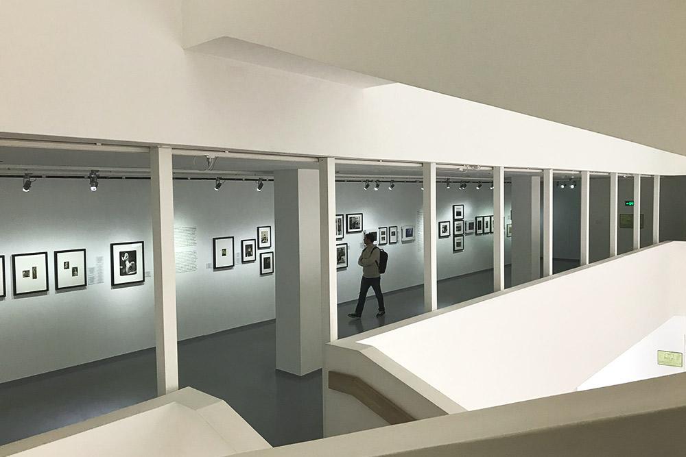 В Мультимедиа-арт-музее часто выставляют фотографии. Одна из последних выставок — фотографии из календаря «Пирелли»