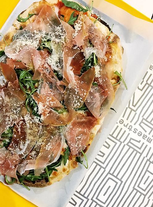В «Пинсе-маэстрелло» вкусная пинса — это разновидность обычной пиццы. Такая пинса, как на фото, стоит 490{amp}lt;span class=ruble