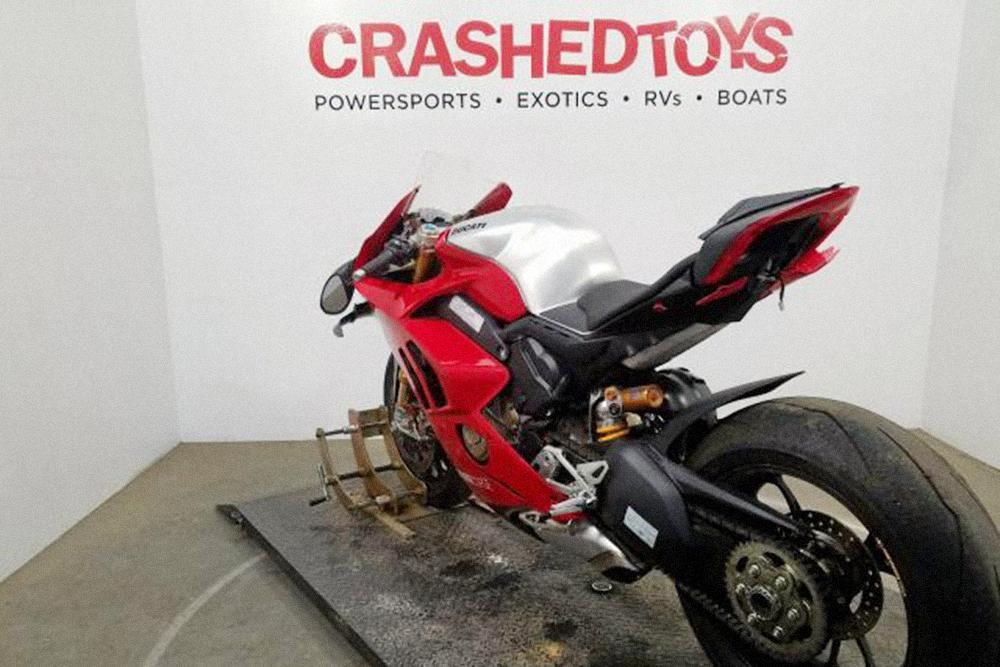 Типичный мотоцикл сгоночного трека: набоковую часть покрышки наплавилась кромка изрезины. Фото: copart.com