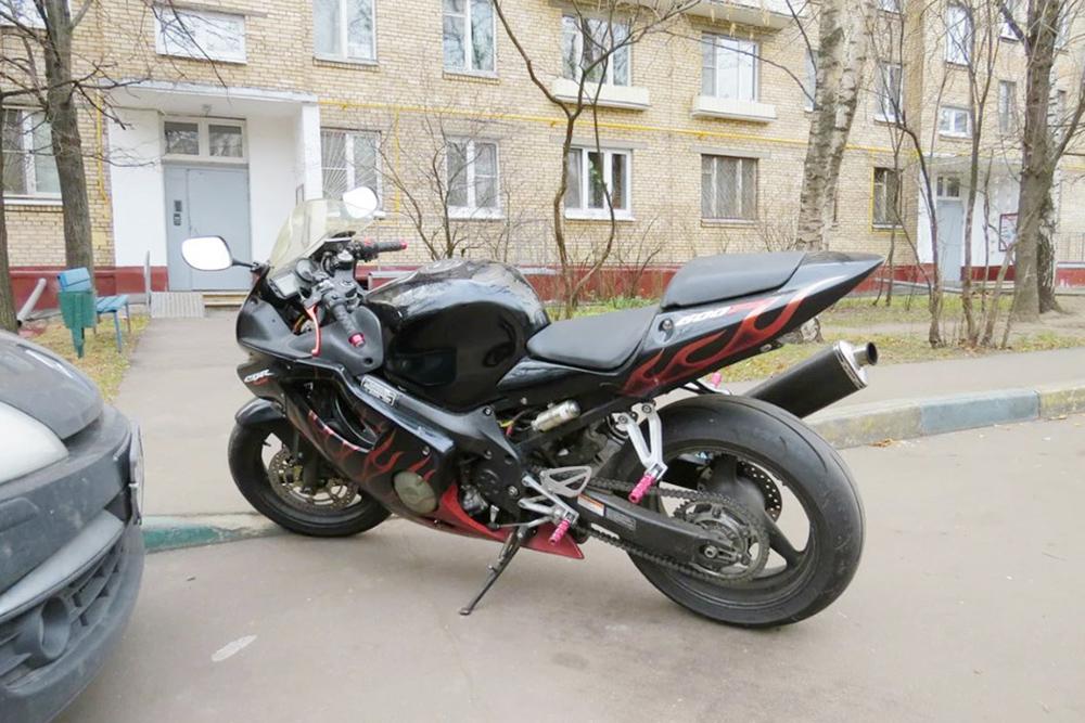 Проблемный мотоцикл на стоянке около дома