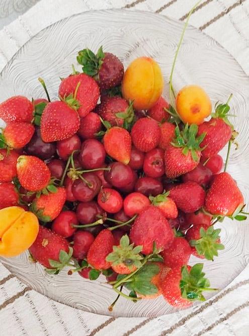 Весной и летом фрукты и ягоды стоят от пяти лир за килограмм