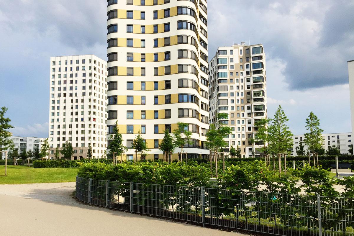 Новостройка в 15 минутах от центра в Оберзендлинге — это нетипичный для Мюнхена район, построенный на месте изгнанных заводов «Сименса». Квартира в такой высотке будет стоить от 1700€ в месяц. Чем выше этаж, тем дороже квартира