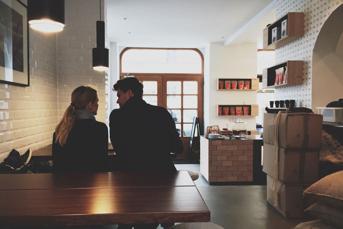 Простое правило: чем меньше и уютнее кафе, тем больше вероятность, что вы сможете расплатиться в нем обычной кредиткой