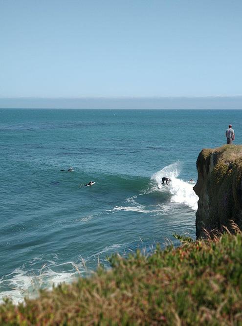 Июнь 2019 года. Серферы рассекают волны у берега Санта-Круза