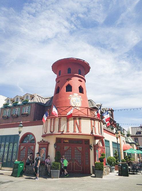 Парижское кабаре «Мулен Руж» на одной из улиц парка «Юниверсал»