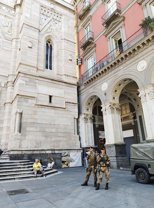 Собор Святого Януария охраняют военные