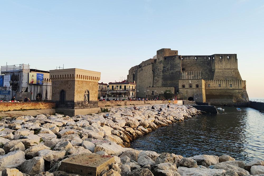 Легенда гласит, что стены замка стоят только благодаря волшебному яйцу, которое маг Вергилий спрятал подоснование крепости
