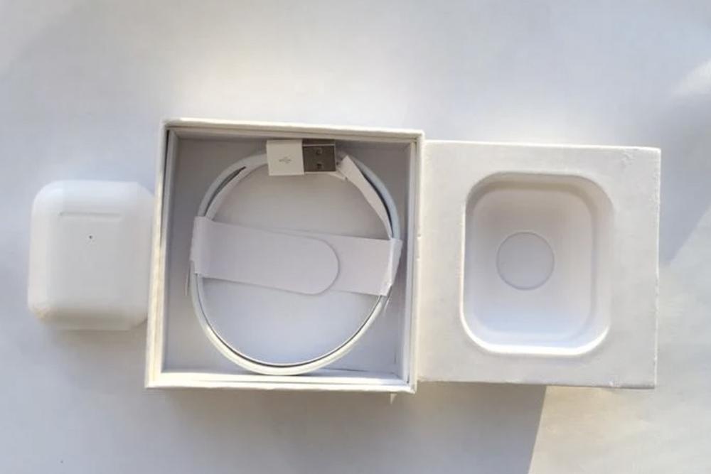 На фото коробка от неоригинальных Эйрподс: края неровные и заметно, что ванночка, вкоторой лежат наушники, некачественная