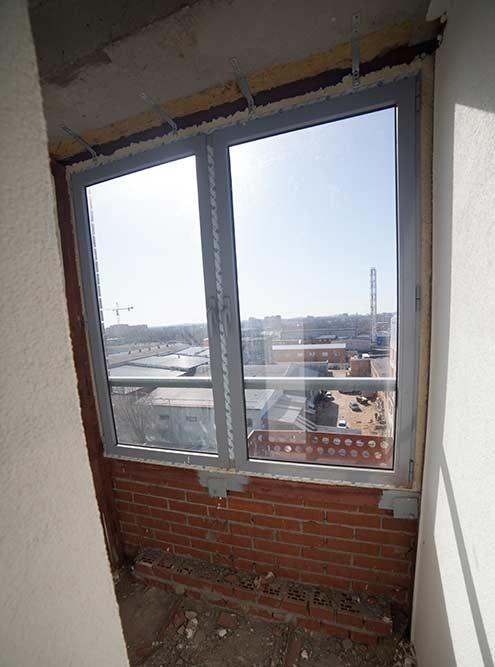 Окна студии выходили на дорогу, из них была видна промзона напротив