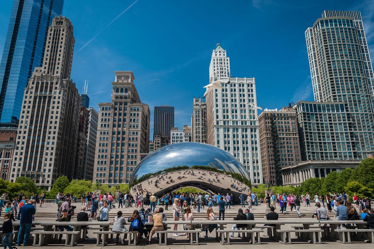 Одна из самых известных достопримечательностей Чикаго — Клауд-Гейт, или просто Боб