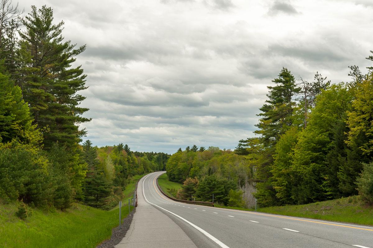 Путешествовать на машине не только дешево, но и комфортно. Дороги в США очень хорошие, и их много. Потоки встречного движения обычно разделены — за семь месяцев нам ни разу не пришлось никого обгонять