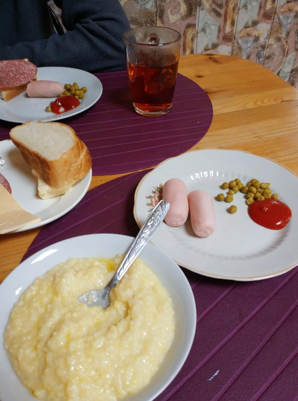 Пример завтрака в гостинице «Спорт»: каша с сосисками
