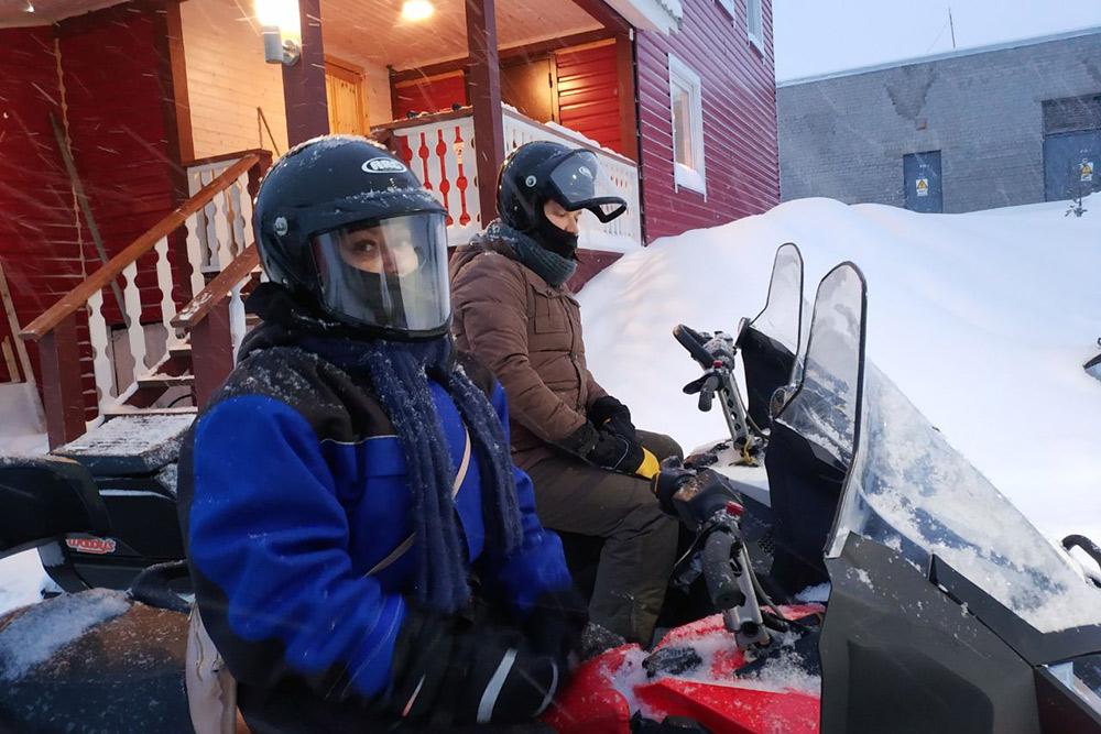 Мальчиков сажают на снегоходы побыстрее