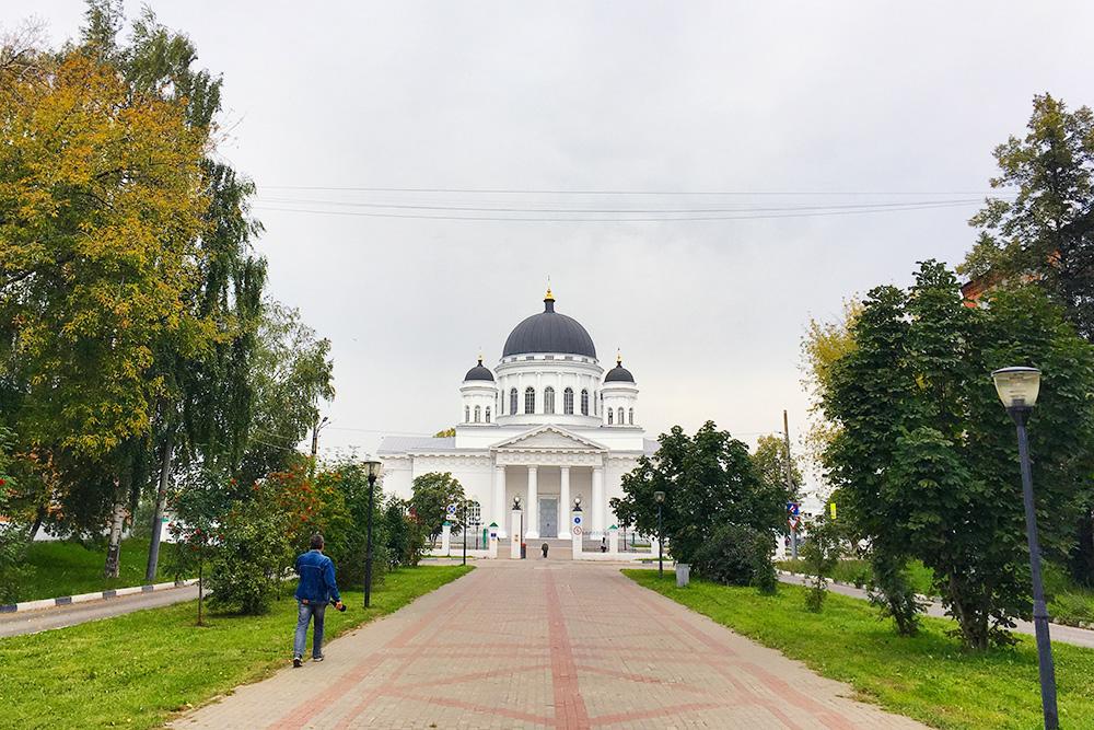Староярмарочный собор стоит прямо напротив Ярмарочного дома. Это «брат» Исаакиевского собора в Петербурге: их проектировал один архитектор примерно в одно и то же время