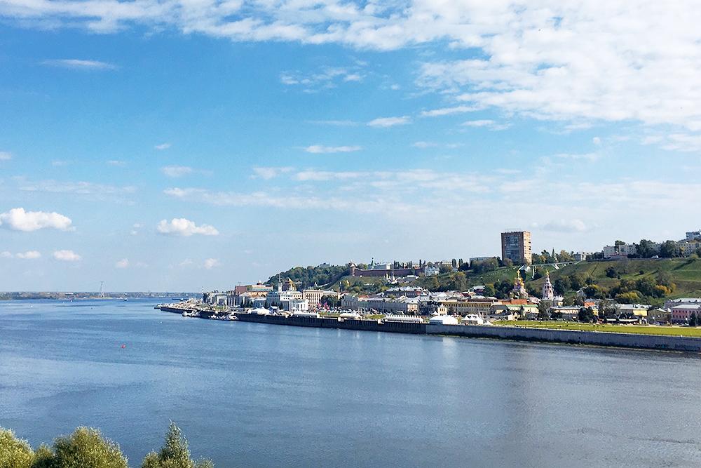 Со Стрелки и Канавинского моста открывается вид на историческую часть с кремлем. Мост можно пересечь за 15 минут